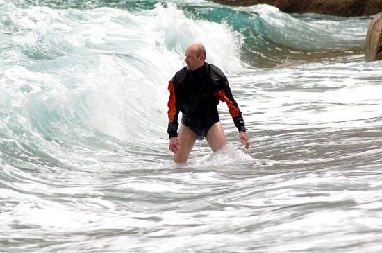 Czwarty dzień W takich warunkach wyjście w morze było dyskusyjne i zresztą dyskusja była też ożywiona. Aby zweryfikować podjęte decyzje Krakusowi udało się wyjść na wodę, przepłynąć kawałek i wylądować na plaży. Wszystko to w jednym kawałku, czyli fali nie udało się oddzielić go od kajaka natomiast potwierdziło to słuszność podjętej decyzji. Tego dnia pływanie ograniczyło się do kąpieli i wyjścia w góry.