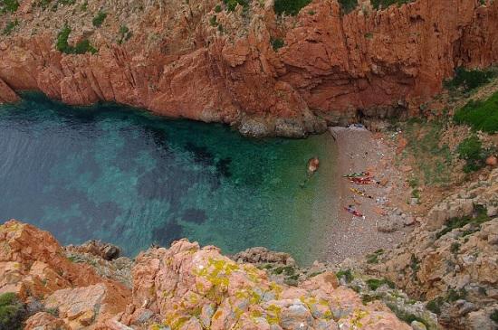 Kilka rad praktycznych Korsyka to miejsce bardzo godne polecenia dla kajakarzy morskich, i dające wiele satysfakcji z pływania, natomiast minimum doświadczenia, dobrego planowania i zdrowego rozsądku jest potrzebne.  Kajakarsko atrakcyjna jest raczej zachodnia cześć wyspy. Wschodnia wygląda dość niewyględnie. Na zachodniej części pojawiają się natomiast następujące problemy. Brzeg jest skalisty i raczej stromy, przez co trudno jest znaleźć miejsce na nocleg. Charakter wybrzeża zmusza do dokładnego planowania z uwzględnieniem wiatru oraz fali i do posiadania dokładnych map. Przy czym dokładna mapa to taka, na której precyzyjnie zaznaczone jest miejsce nadające się do przybicia a to nie wszędzie jest oczywiste. Nie da się tak jak na Szkierach po prostu płynąć i wysiąść gdzieś po drodze. Miejsca do lądowania kajakiem są nieliczne i trzeba planować konkretny punkt. Ponadto przygotowując mapy warto oznaczyć też, w którą stronę skierowana jest plaża, bo to daje pojęcie o tym czy uda się do niej przybić danego dnia (czytaj: czy bardziej nadaje się do surfingu). Może się okazać, że przez 20-30km nie ma kawałka plaży do przybicia, a nawet, jeśli jest to nie ma gwarancji, że w środku nocy nie trzeba będzie uprawiać wspinaczki. Morze jest tu głębokie, więc fala jest długa i wysoka, występują pływy a plaże są bardzo skromne. Ponadto z wielu miejsc nawet nie ma specjalnie dojścia do cywilizacji. Myślałem też o tym żeby zrobić dzień kondycyjny i całej ekipie zorganizować spływ pontonem do morza, ale zabrakło czasu i chęci, może komuś innemu się uda. A warto, bo Korsyka to głównie miejsce dla kajakarzy górskich.  Wyjazd kosztował nas około 1300pln na głowę (paliwo, autostrady, promy). Żarcie różnie, bo co jeden to inne podejście do tematu.  Pływaliśmy dzięki wsparciu sprzętowemu Kayman Kayaks oraz uprzejmości Piotra Kaliszka.  Pływali Balcer, Kamil, Krakus, Kudłaty, Staniek.