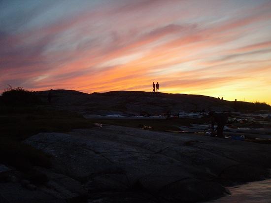 Zachodnie wybrzeże wyspy Orust jest usiane setkami wysepek i nawigacja jest dosyć skomplikowana. Piękny biwak na wyspie z urokliwym zachodem słońca był właściwym zwieńczeniem pierwszego dnia zawodów.